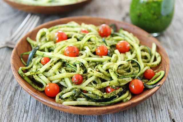 Courgette pasta met verse pesto
