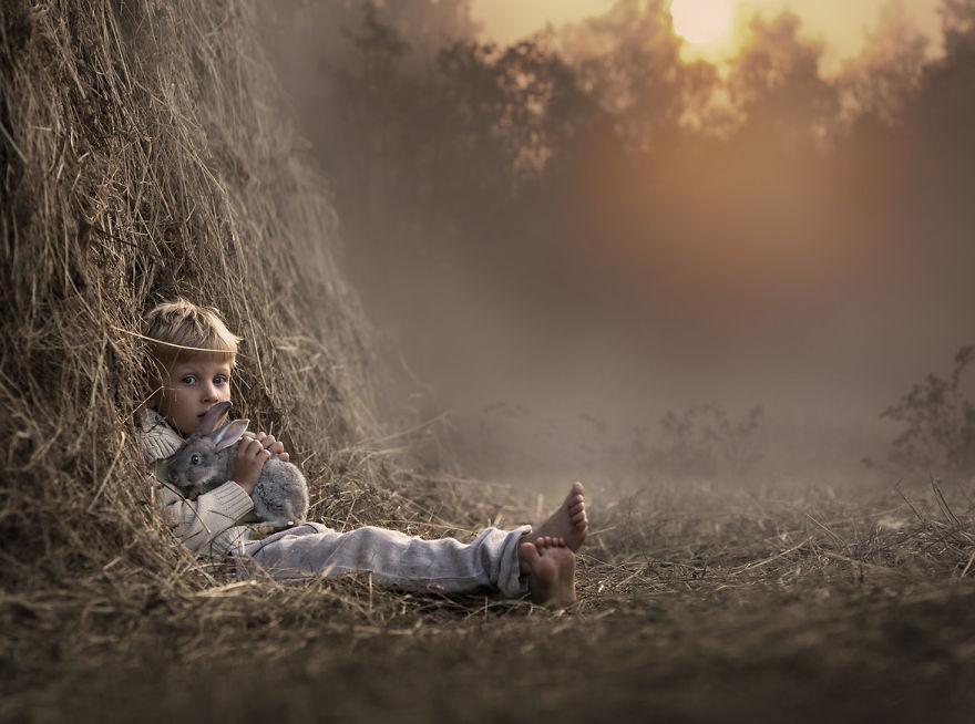 cool-animal-children-photography-Elena-Shumilova-barn
