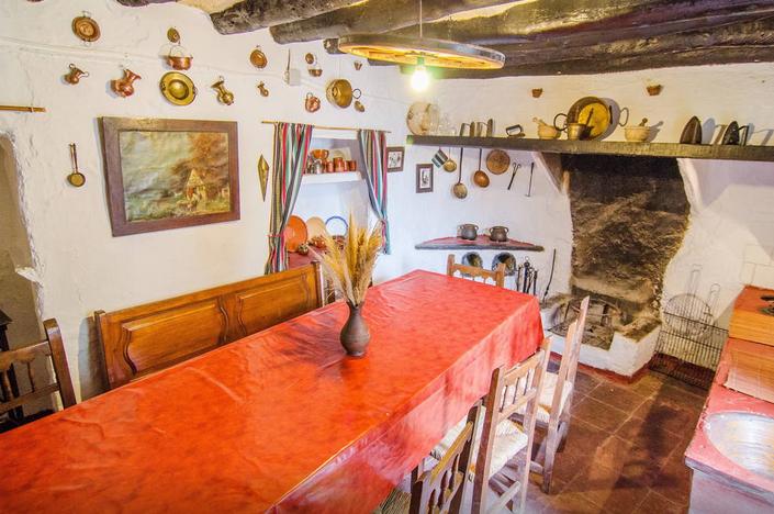 Oude keuken met een orgineel houtfornuis yoga retreat Andalusie